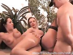 Две возбуждённые французские девушки удовлетворяют мужчину