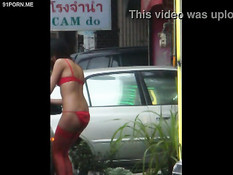 Азиатские девчонки гуляют по городу в эротическом нижнем белье