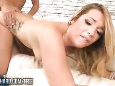 Горячая штучка Jenna Ashley делает минет и трахается с мужчиной