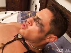 Паренёк увидел лежащего на кровати голого гея и оттрахал в анус