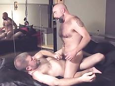 Два здоровых пожилых гея отсасывали и ебались в очко на кровати
