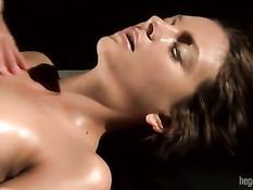 Массажистка делает лесбияночке массаж с маслом и теребит клитор