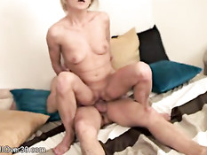 45-летняя блондинка Syndi Bell занимается сексом с молодым парнем