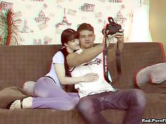 Русская брюнеточка отсасывает большой член и ебётся на диване