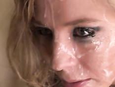 Блондиночка с татуировкой на животе дала оттрахать себя в попку