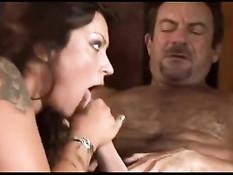 Мужик ебёт татуированную красотку с большой грудью Nikita Denise