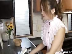 Японской девке пришлось отсосать хуй заглянувшему в гости парню