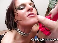 Рыжая тёлка с пирсингом отсасывает члены и получает сперму в лицо
