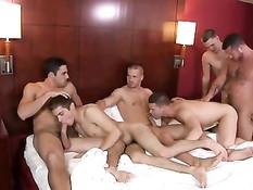 Компания молодых геев занимается групповым сексом в гостинице