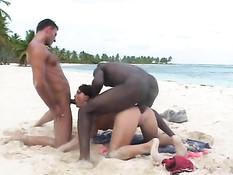 Парни ебут на пляже девку с интимной стрижкой Jessica Fiorentino