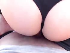 Немецкая блондинка мастурбирует и занимается сексом на лавочке
