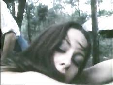 Голую девушку привязали к дереву в лесу и отхлестали по заднице