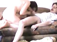 Зрелая любительница мастурбирует клитор рукой и дрочит мужчине
