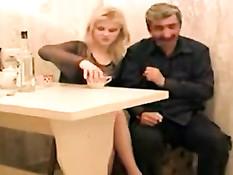 Мужик поставил раком и оттрахал на столе русскую зрелую дамочку