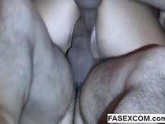 Парни вставили два члена в большую вагину девки и сняли порно