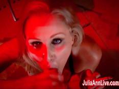 Развратная блондинка Julia Ann выкуривает сигарету и делает минет
