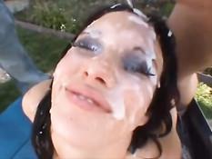 На красивое лицо и язык девушки Taylor Rain капает горячая сперма