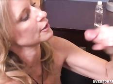 Возбуждённая блондинка Jodi West выдрочила сперму себе на лицо