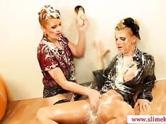 Две знойные женщины залиты большим количеством горячей спермы