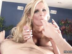 Сексуальная Phoenix Marie своим ртом доводит до семяизвержения