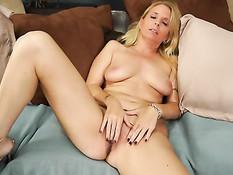 На порно кастинге пожилая блондинка раздевается и мастурбирует
