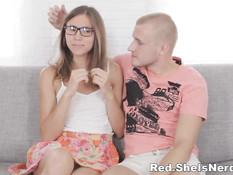 Парнишка познакомился с очкастой россиянкой и отодрал на диване