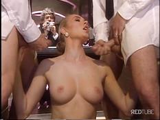 Блондинка отсасывает и ебётся с двумя мужиками в ретро порнухе