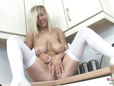 Блондинка Busty Grace на кухне ласкает большие обвисшие сиськи