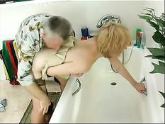 Мужик моет в ванне молодую блондинку и даёт отсосать свой член
