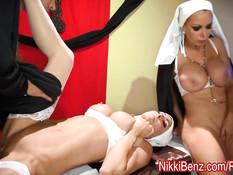 Грешные монахини Nikki Benz и Jessica Jaymes трахаются с пастором