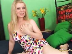 Сисястая блондинка в костюме из спандекса выебана в пизду и анус