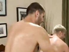 Пять возбуждённых геев на кровати устроили жёсткую секс оргию