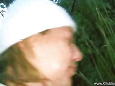 Итальянская блондинка отсасывает и дрочит в кинотеатре и в лесу