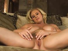 Сиськастая блондинка мастурбирует руками свой огромный клитор