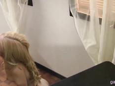Симпатичная блондинка Odette Delacroix делает минет и лижет член