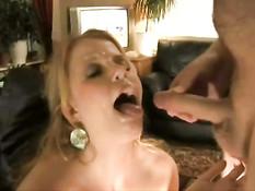Мужик с бритым членом заливает спермой широко открытый рот жены