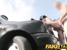Похотливый водитель оттрахал сисястую брюнетку на бампере такси