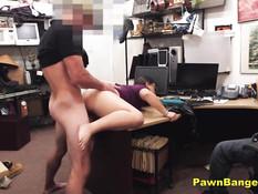 Девчонка в очках отсасывает и трахается раком с парнем в офисе