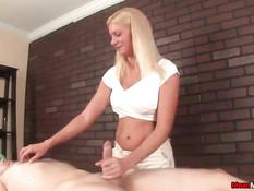 Блондинка массажистка щекочет голого парня и дрочит член рукой