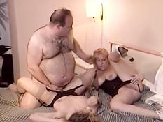 Пузатый мужчина на кровати отъебал двух сисястых кудрявых шлюх