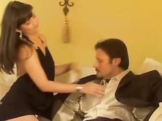 Брюнеточка Carmen Hart получает порцию спермы на милое личико