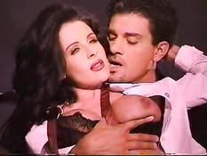 Брюнеточка в чёрном нижнем белье Azlea Antistia в старинном порно