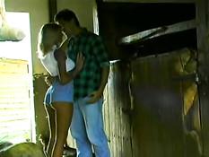 Ненасытная блондинка Anita Blond трахается в сарае в ретро порно