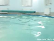 Возбуждённые свингеры занимаются сексом в бассейне и возле него