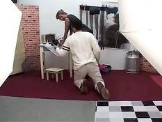 Зрелая женщина с интимной стрижкой оттрахана на порно кастинге