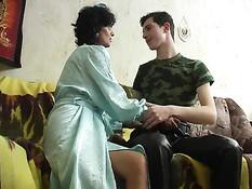 Грудастая русская мамочка соблазняет молодого человека на секс