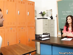 Зрелая сексуальная учительница Syren De Mer затрахала студента