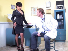 Доктор ебёт сисястую латинскую женщину в чулках Gabby Quinteros