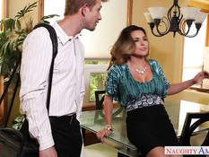 Неудовлетворённая домохозяйка Danica Dillan затрахала паренька
