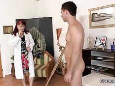 Зрелая рыжая художница занимается сексом с молодым натурщиком